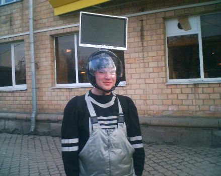Человек с LCD   монитором на голове   Забавная рекламная акция