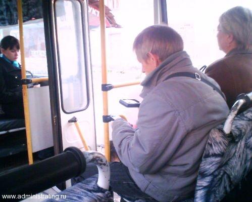 Пенсионер с мобильным телефоном и лупой